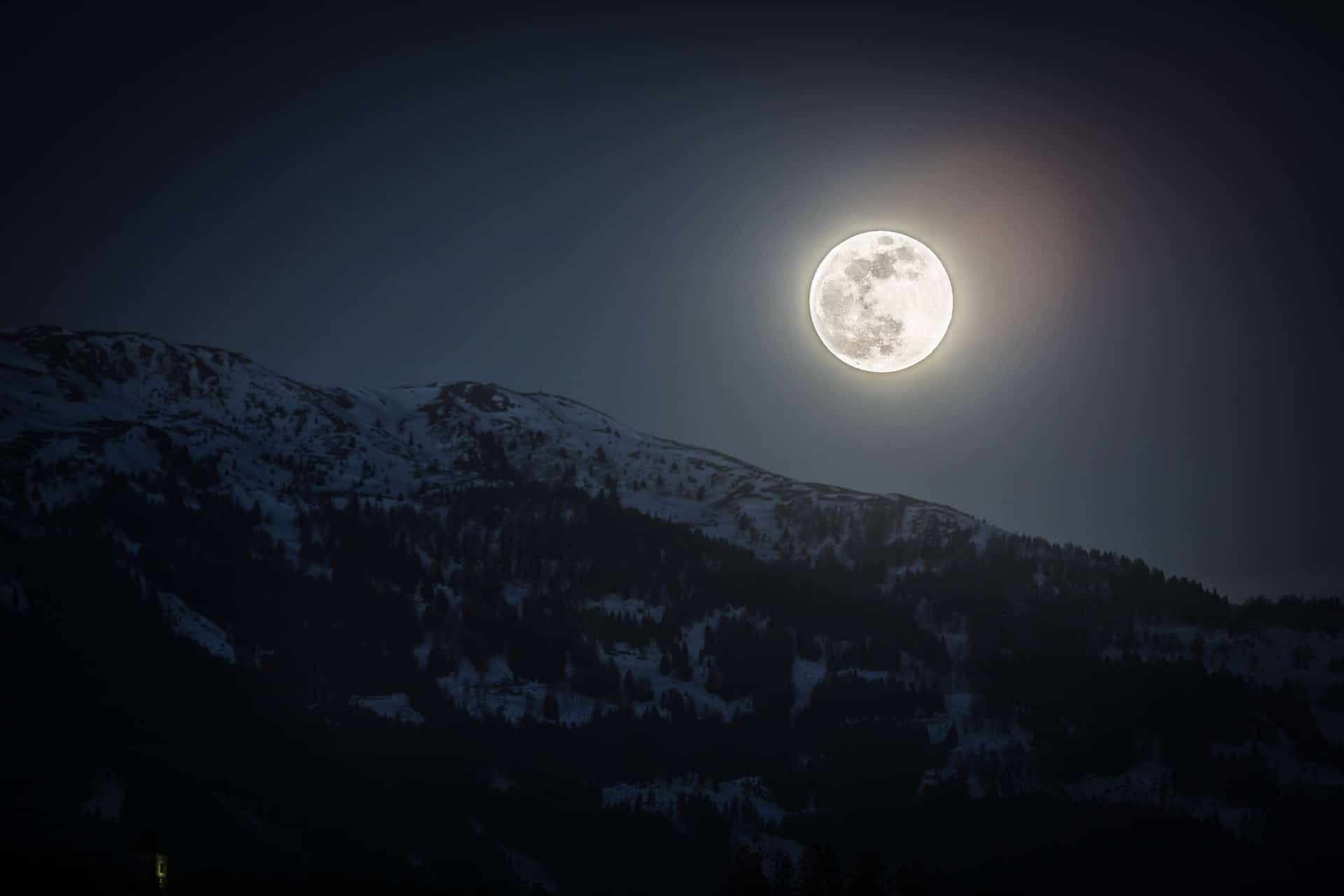 Do solar panels work on moonlight